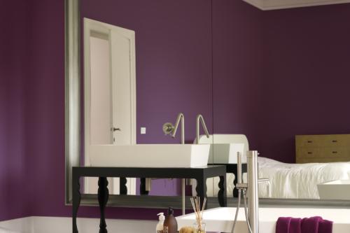 spegel i lila badrum